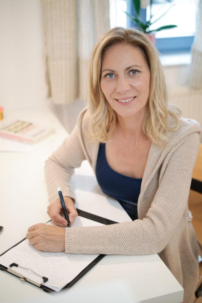 Olga Jesche sitzt am Schreibtisch