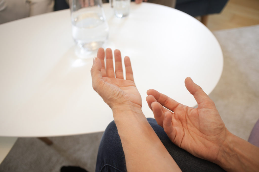 Handgestik bei einem Gespräch